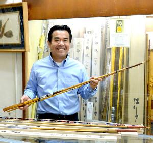 カワハギ竿を手にする櫻井社長