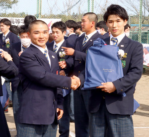 グラウンドで握手を交わした横山兄弟の兄・航汰(右)と弟・隼翔