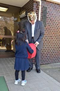 子供たち一人一人にランドセルを渡した初代タイガーマスク
