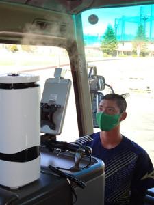 最新のコロナ対策が施されたバスに乗り込む際、体温を測る亜大の選手