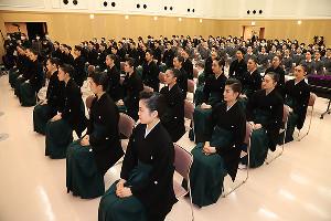 宝塚音楽学校卒業式に出席した第107期生(宝塚音楽学校提供)