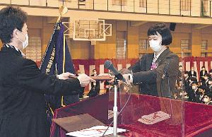 卒業式で学園総長賞を授与される石堂(右)(学校提供)