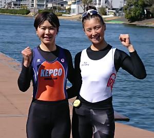 代表選考レースに勝って2大会連続の五輪出場に王手をかけたボート女子軽量級ダブルスカルの大石綾美(右)、冨田千愛ペア