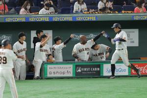 5回1死一塁、吉川尚輝の左越え適時二塁打で松原聖弥(右)が生還。迎える巨人ナイン(カメラ・相川 和寛)