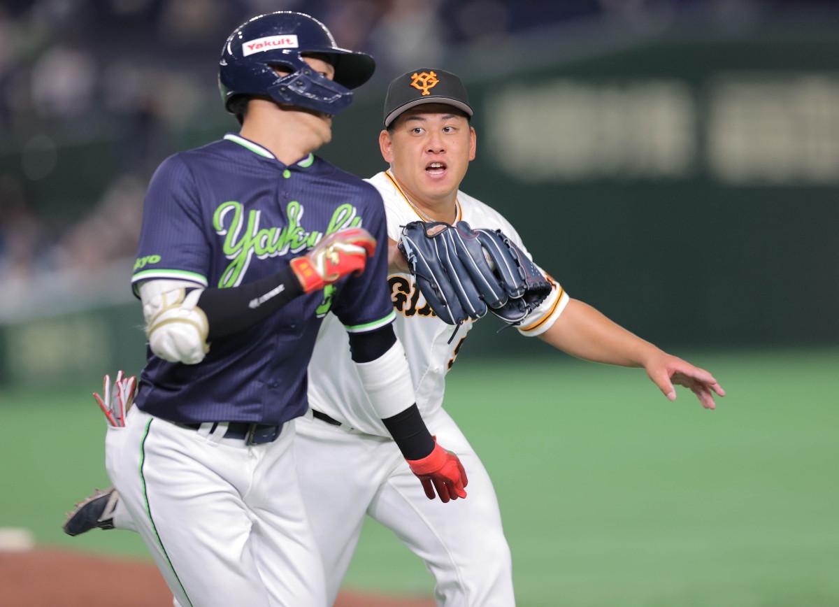 7回1死、元山飛優(左)の投ゴロを捕球しアウトにする戸根千明(カメラ・中島 傑)
