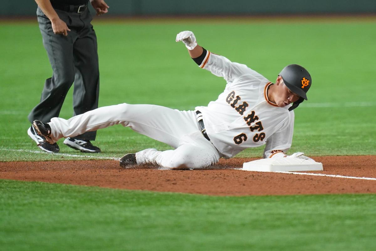 1回1死一塁、丸佳浩の安打で三塁に滑り込む一塁走者・坂本勇人(カメラ・矢口 亨)