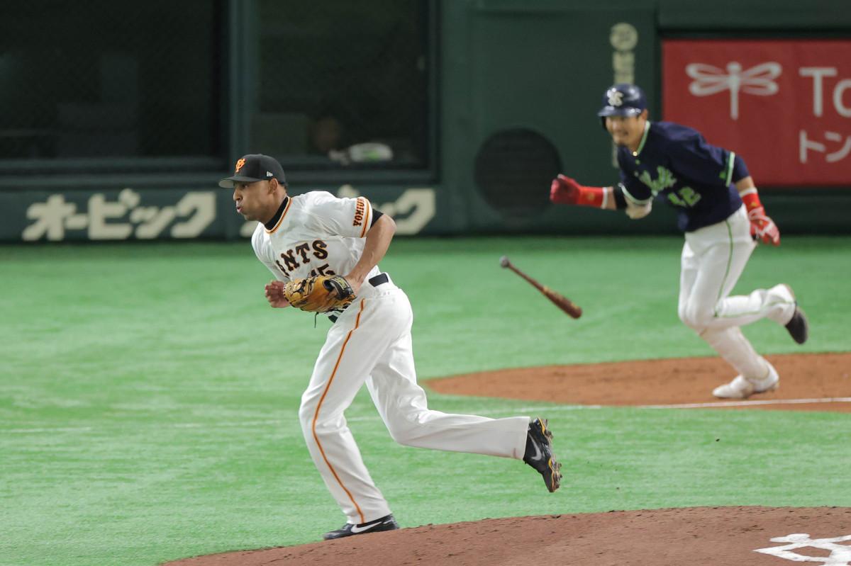 2回2死、坂口智隆(右)を一ゴロに打ち取ったサンチェス(カメラ・相川 和寛)