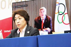 5者協議でIOCのバッハ会長(右奥モニター)のあいさつを聞く五輪組織委員会の橋本聖子会長(代表撮影)
