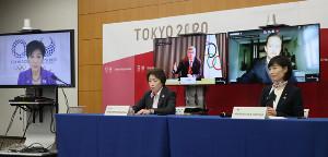 東京五輪・パラリンピックの開催に向け行われた5者協議。(左から)東京都の小池百合子知事、大会組織委の橋本会長、IOCのバッハ会長、IPCのパーソンズ会長、丸川五輪相(代表撮影)