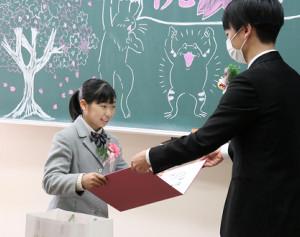 卒業証書を授与される芦川(左)