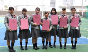 クラスメートと卒業証書を掲げる芦川(左から4人目)