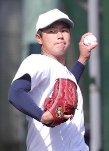 キャッチボールをする大阪桐蔭・松浦慶斗