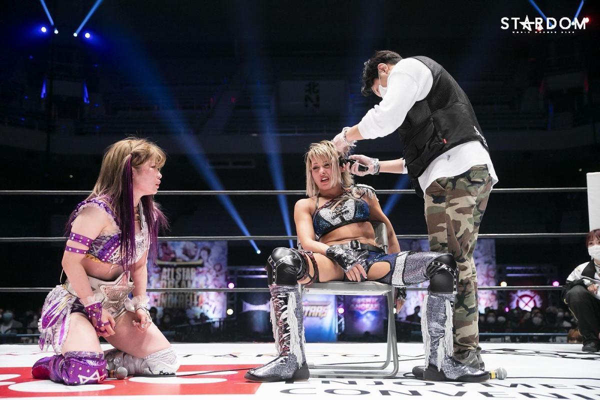 敗者髪切りマッチで敗れリング上でバリカンで刈られるジュリア(C)スターダム