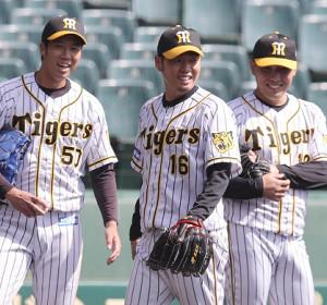 投内連係練習で、笑顔を見せる(左から)青柳晃洋、西勇輝、馬場皐輔(カメラ・岩崎 龍一)