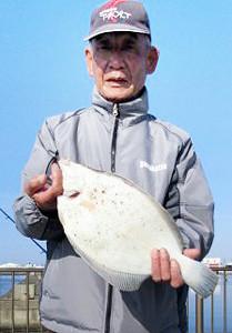 40センチのマコガレイを釣った渡邊さん
