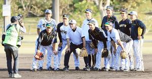 コーチ最終日を迎え、佐藤輝明(左4人目)らナインと記念撮影をする川相昌弘臨時コーチ(左から5人目)