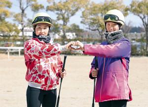 いよいよデビューする古川奈(左)と永島は勝利を願い、2人でハートマーク