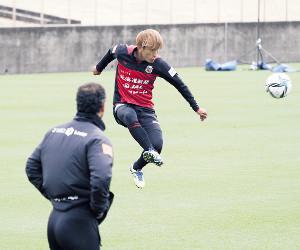 跳び上がりながら右クロスを上げるJ1札幌MF金子