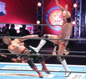 鷹木信悟(左)に高さ抜群のハイキックを叩き込んだオカダ・カズチカ(カメラ・清水 武)