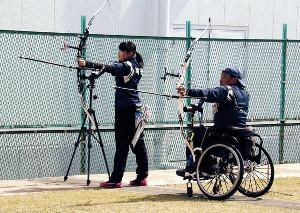 練習する井沢(左)と谷沢さん