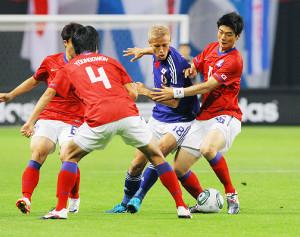 11年8月、韓国代表との親善試合で激しく競り合う日本代表の本田(右から2人目)