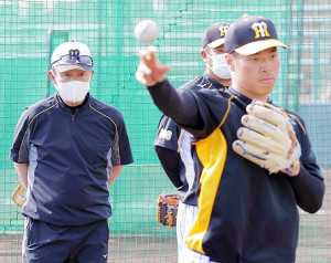 2月に佐藤輝明(手前)の内野守備練習を見つめる川相昌弘臨時コーチ