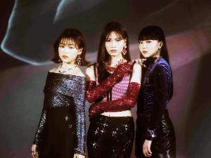 デビューが決まったiScreamの(左から)YUNA、RUI、HINATA