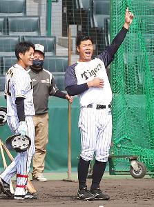 「バッティング練習終了!」と声高らかに合図する佐藤輝(左は木浪=カメラ・谷口 健二)