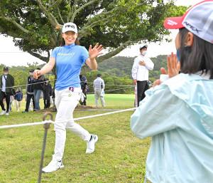観戦した女の子に向かって、笑顔で手を振る渋野日向子(カメラ・今西 淳)