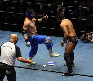 マスクを脱いで逆転勝利したケンドー・カシン(右は船木誠勝)