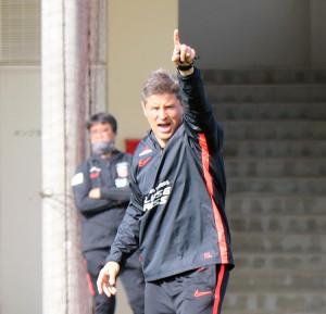 練習で選手を熱く指導する浦和のリカルド・ロドリゲス監督