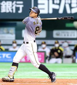 初回2死、ソロ本塁打を放つ佐藤輝明