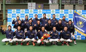 選抜旗とともにガッツポーズで記念撮影する仙台育英の選手たち(カメラ・有吉 広紀)