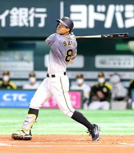 1回2死、左方向に先制ソロ本塁打を放った佐藤輝(カメラ・石田 順平)