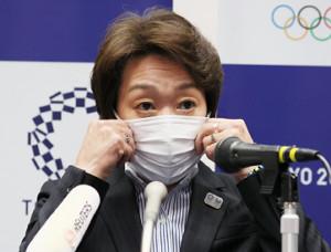 定例会見に臨む東京五輪・パラリンピック組織委員会の橋本聖子会長(代表撮影)
