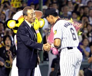 2004年8月1日、701試合連続フルイニング出場の日本記録を達成した金本に花束を渡した三宅氏