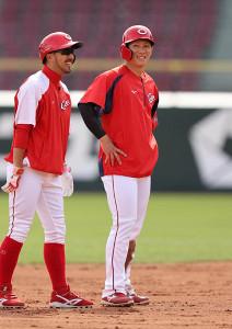 1軍に合流した西川龍馬は、練習の合間に菊池涼介(左)と談笑(カメラ・岩崎 龍一)