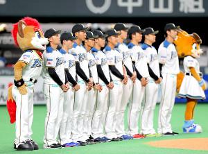 試合前に新入団選手と新コーチが紹介された(手前は伊藤大海)