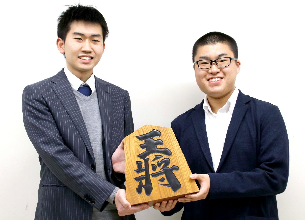 昇段を決めた井田明宏四段(左)、高田明浩