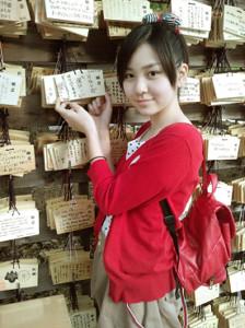 AKB48入りした直後の2011年5月、神社で絵馬に願掛けする岩田華怜(本人提供)