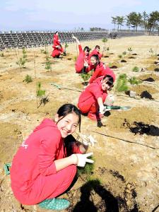 暴風防災植樹を行う「みちのく仙台ORI☆姫隊」のメンバー(みちのく仙台ORI☆姫隊 提供)