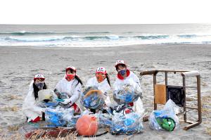 山元町の海岸で清掃活動を行う「みちのく仙台ORI☆姫隊」のメンバー(みちのく仙台ORI☆姫隊 提供)