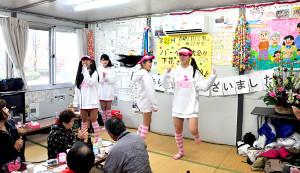 仮設住宅を慰問し、ミニライブを行う「みちのく仙台ORI☆姫隊」のメンバー(みちのく仙台ORI☆姫隊 提供)