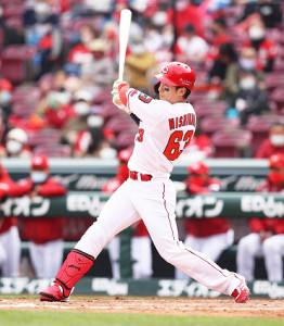 4回2死一塁、先制適時二塁打を放つ西川