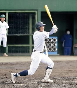 4回、右翼に先制二塁打を放つ三島南・前田