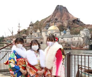 東京ディズニーシーで開催される成人式に出席する浦安市の新成人たち