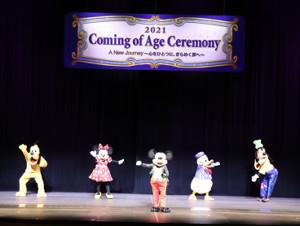 東京ディズニーシーで開催された浦安市成人式に、ミッキーマウスや人気キャラクターが登場し新成人を祝福した