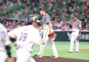 2回無死満塁、逆転満塁本塁打を甲斐拓也(左)に許したチェン・ウェイン