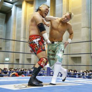 天山広吉(左)に強烈なエルボーを叩き込むウィル・オスプレイ(新日本プロレス提供)