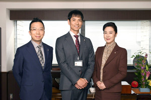 東京地検の検事役を演じる(左から)市川猿之助、沢村一樹、名取裕子